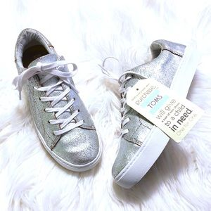 TOMS Metallic Silver Leather Sneakers 💎